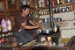 Jeune homme préparant le repas